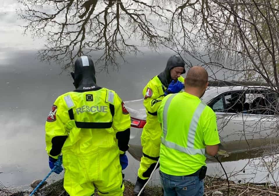 Bystanders help driver escape car that went into pond in Zion