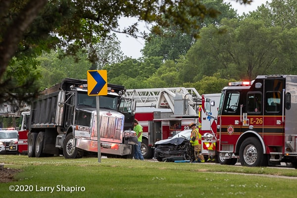 Man dies after driving into oncoming lanes, striking truck in Buffalo Grove