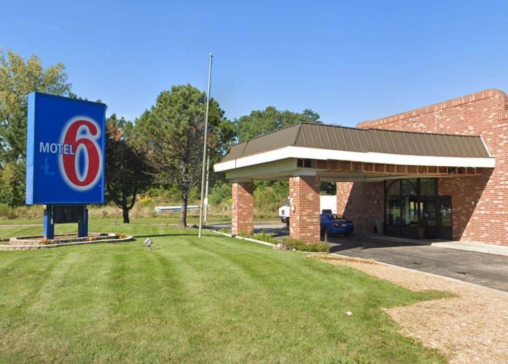 32-year-old man dies after being shot at motel in Waukegan