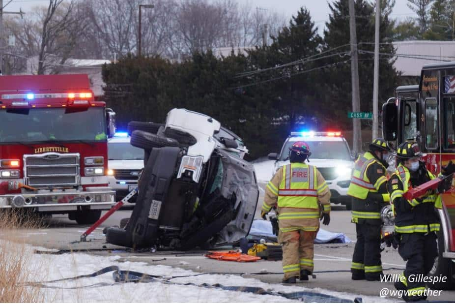 1 killed, 1 injured after rollover crash in Libertyville